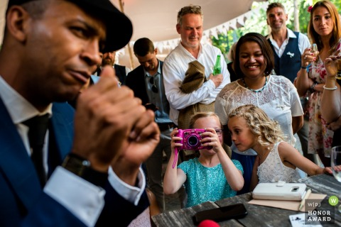 Kasteel Duurstede wedding photographer | Kids at a wedding, photographing the Illusionist while performing his tricks
