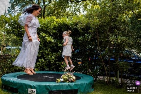 Zeist, holenderski dokumentalny fotograf ślubny - prosta matka, córka tuż przed wyjściem panny młodej na ceremonię.