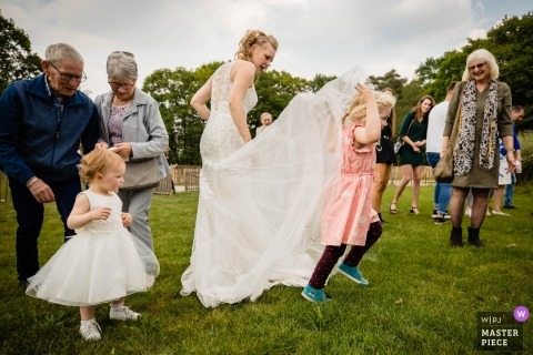 Wedding child playing with dress at Helden van Kien