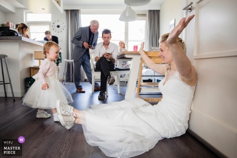 Helden van Kien Wedding Day photos with kids - Come cuddle with mom
