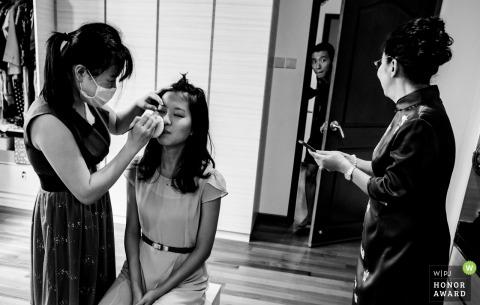Photo de mariage à Singapour lors de la préparation | Demander à maman où est sa cravate