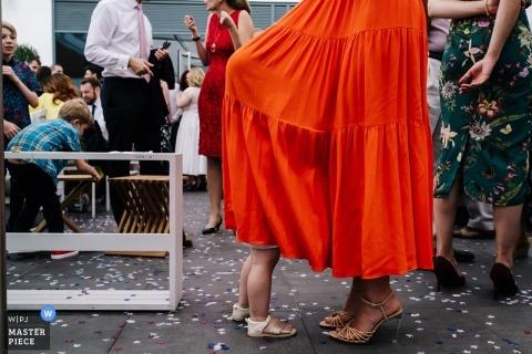 Fotos del lugar de la boda del hotel Guildford Harbour - Una florista se esconde con el vestido de su madre