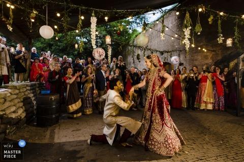 Fotografía de la recepción de boda en Fort Vechten de la novia y el novio durante su primer baile.