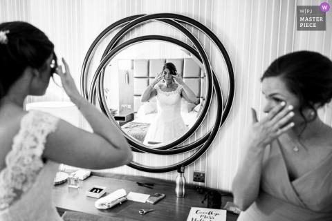 Belton Woods Hotel, Grantham Wedding Venues - Fotografía de La novia y la dama de honor se limpian una lágrima durante la preparación de la novia