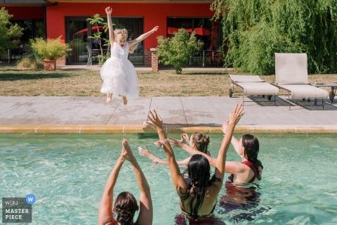 Lugar de bodas Chateau d'Eppeyssoles - Fotografía - ¡Niña salta en la piscina!