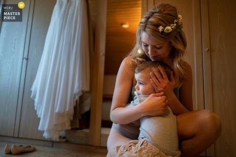 Bodas Freudenstadt - Niño yendo con su madre justo después de despertarse