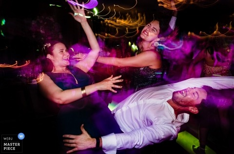 Bamboo Club, Bucarest: invitados a la pista de baile en una boda captados por el obturador lento del fotógrafo de bodas