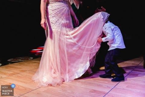 Fotoperiodismo de bodas en el parque de Estambul-Green: novia bailando con niños locos