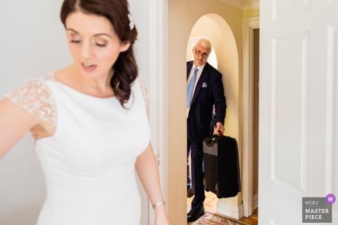 """Trim Castle Hotel, Irlanda Fotografía documental de bodas - """"¿Estás listo ya?"""" Papá es todo negocios mientras la novia se pone el vestido"""