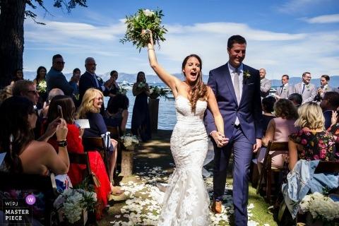 West Shore Cafe - Fotografía de bodas CA de una ceremonia al aire libre junto al lago - ¡Lo logramos!