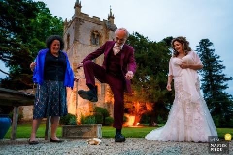 Fotografía del lugar de la boda del hotel Ettington Park - El novio estampa en el cristal al final de su bendición judía
