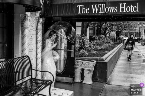 Floating Gallery Chicago photography of bride try to get on the bus