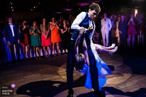 Fotografía de boda Kasteel Ter Block | Novio tirando a su novia por las piernas durante el primer baile