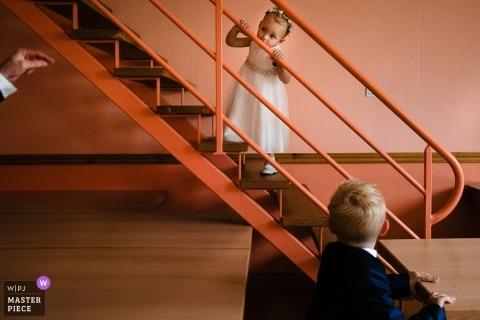 Antwerpen Wedding Photographer: el padre se dirige a su hija para que baje las escaleras durante la ceremonia