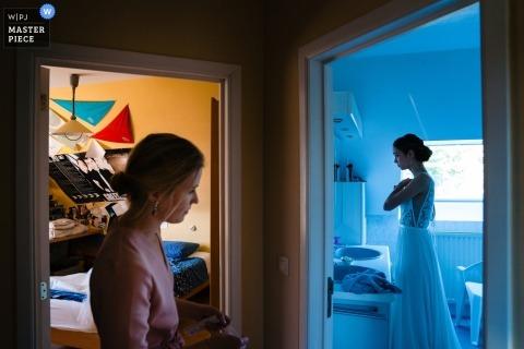 Fotoperiodista de bodas De Hoorn - La novia se prepara al lado de su habitación, que sigue siendo la misma que en su adolescencia