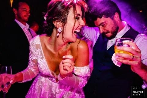 Vila Relicario Documentary Wedding Photography sur la piste de danse.