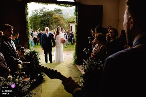 Igreja de Fátima Documentary Wedding Photography of the Bride entering building with live music
