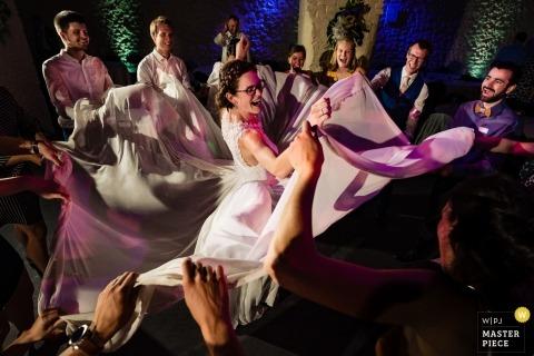Corroy Le Grand casamento fotos - vestido divertido na pista de dança com a noiva e convidados