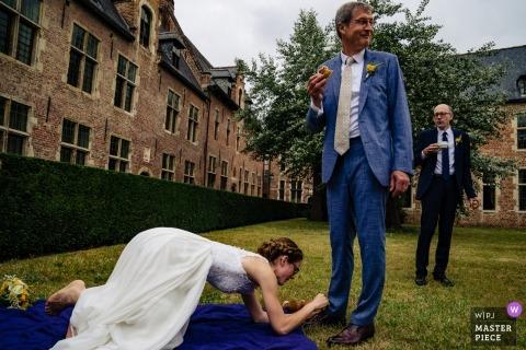 Fotógrafo de casamento de Corroy Le Grand - pai de cadarços de sapato !! Foto da noiva que amarra sapatas.