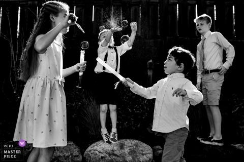 Los niños juegan con burbujas durante la hora del cóctel en Mountain Top Inn, Chittenden, VT