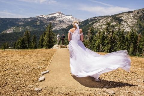 Schone achtergrond in deze foto van de bruid die haar bergceremonie binnenloopt.