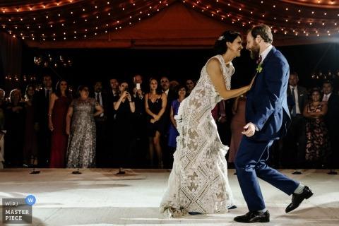 Hochzeitsfoto der Braut und des Bräutigams während ihres ersten Tanzes im Jardin Etnobotanico de Oaxaca
