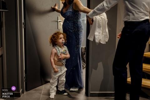 Hochzeitsfoto im Château de Preissac, Toulouse eines kleinen Jungen, der sich nicht anziehen möchte.