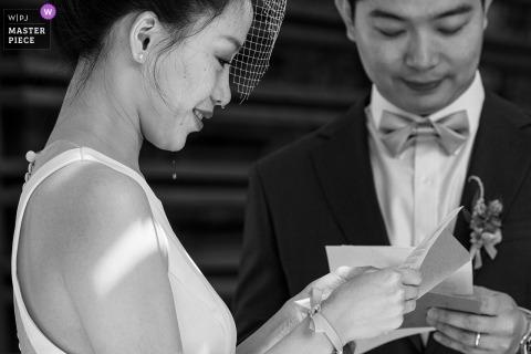 La novia de Beijing llora mientras lee una carta con su novio el día de la boda.