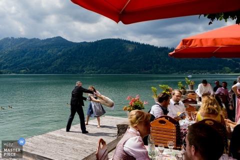 Hotel Schlierseer Hof - zdjęcia ślubne nad wodą podczas przyjęcia