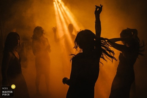Photographie de danse de réception de mariage dans les Pouilles sous un excellent éclairage de DJ.