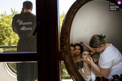 Bruid en bruidegom maken zich klaar voor hun huwelijksceremonie in hun huis in Turkije - Trouwfoto's