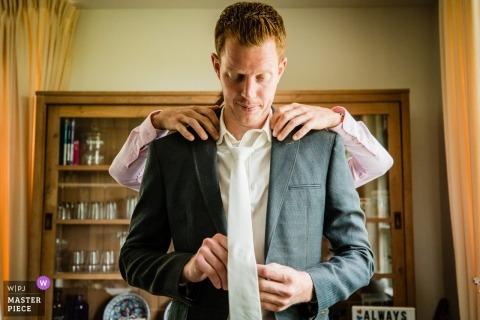 Bij Ons - Photographie de mariage Wellewaard montrant le marié en train de se préparer