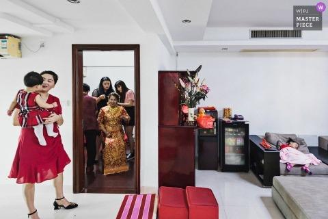 Domowy salon przygotowuje fotografię z dziećmi.