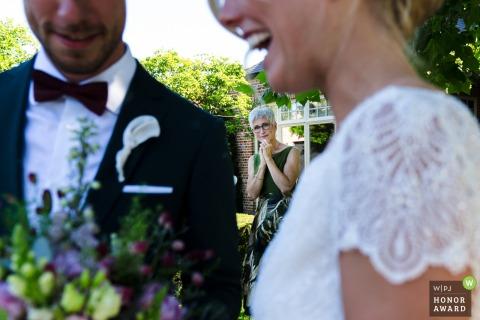 Foto de boda al aire libre de la familia de Kasteel van Hoen