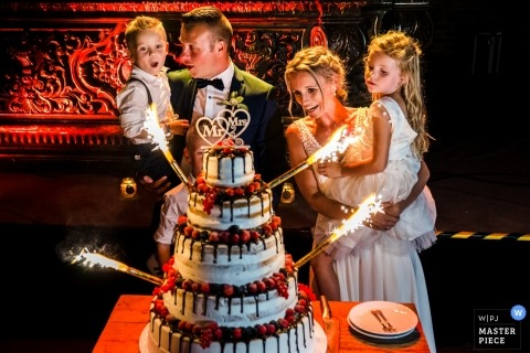 Kasteel van Hoen - Foto de espectacular pastel con fuegos artificiales y niños y la novia / novio.