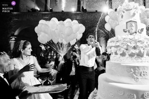 Zamek Odescalchi - Bracciano - Włochy Fotografia ślubna - Panie i panowie, tort weselny jest gotowy.
