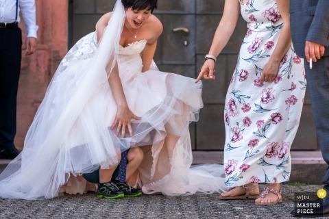 Dziecko niespodziewanie wchodzi pod suknię ślubną, zaskakując pannę młodą i wszystkich w Zell am Harmersbach.