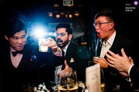 Un fiancé profite d'un bon moment avec ses amis en buvant du vin au restaurant Swan.