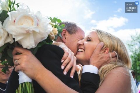 Ein Vater gratuliert seiner Tochter nach ihrer Trauung im schwedischen Rottneros Park.