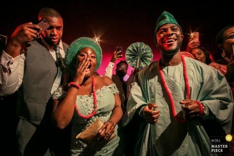 Fotoperiodismo de bodas en el Palacio de Pestana en Lisboa: los novios vestían trajes nigerianos para la fiesta