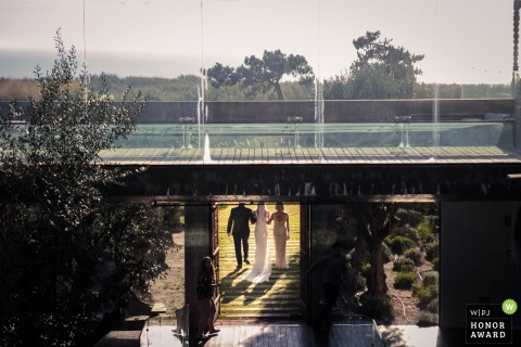 Areias do Seixo - Portugal trouwfoto van de ingang van de bruid