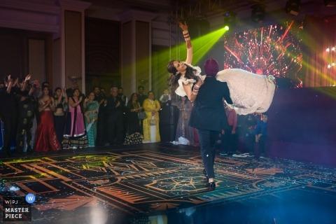 Mumbai, Inde Photographie de mariage à la réception | Emmène moi ailleurs! Dans un endroit secret ... Nous allons construire une maison ensemble! La première danse a une signification particulière dans l'histoire de chaque couple!