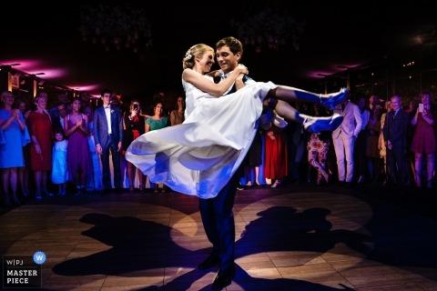 Bruid en bruidegom tijdens de eerste dans bij hun receptie van Kasteel Ter Block.
