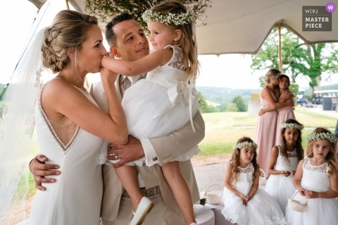 Fotos de la ceremonia de boda del club de golf Méan | La novia besa la mano de su hija justo después de los votos.