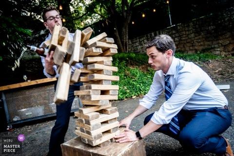 Al piano superiore foto di matrimoni di Atlanta - Ospiti che giocano a Jenga al ricevimento di nozze all'aperto con giochi