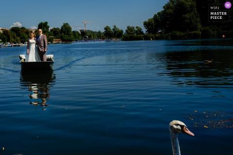 Fotografia di matrimonio a Vienna, Austria - La sposa sta arrivando alla cerimonia in barca