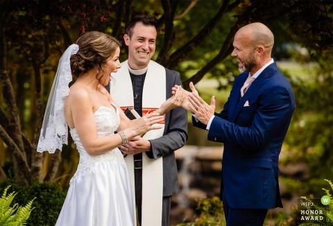 River Run Country Club trouwlocatie foto | De bruid en bruidegom tonen hun opwinding nadat ze zijn uitgesproken als 'man en vrouw'.