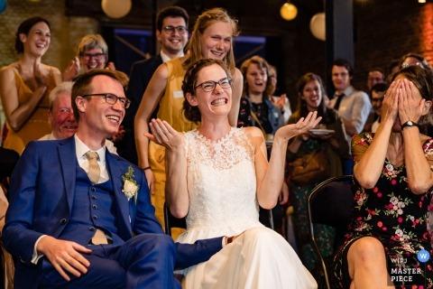Ferme Du Château de Corroy le grand mariage réception photographie de la mariée, le marié et les invités en riant.