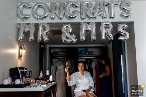 La mariée se prépare dans sa pièce de mariée décorée. - Photographie de mariage en Californie du Sud