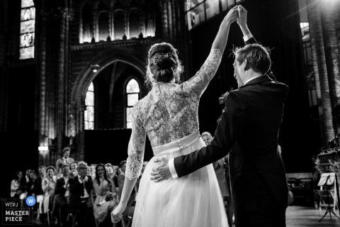 Vondelkerk Amsterdam trouwfoto van de bruid en bruidegom - - uitdrukking tijdens ceremonie